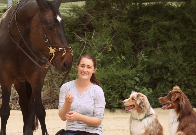 Kati mit Pferd und Hund